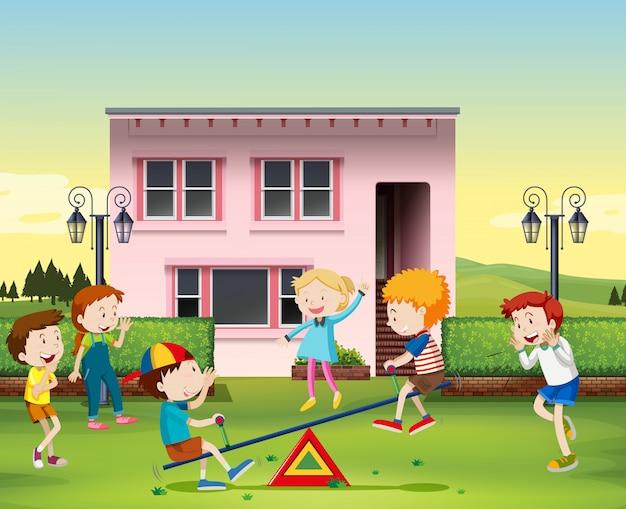 シーソーを公園で遊んでいる子供たち