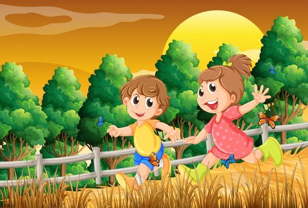 Дети играют в лесу возле деревянного забора