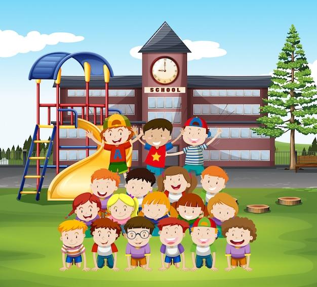 学校で人間のピラミッドをしている子供たち