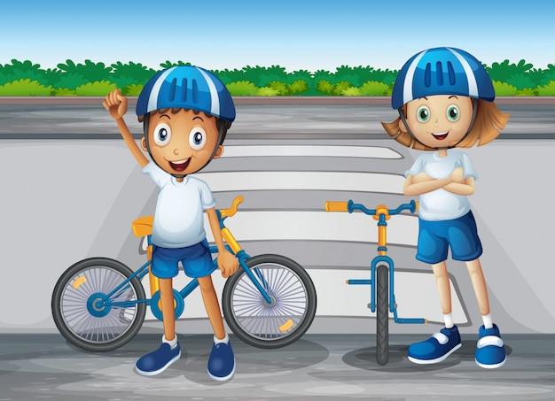 歩行者の近くに立っている自分のバイクを持つ少女と少年