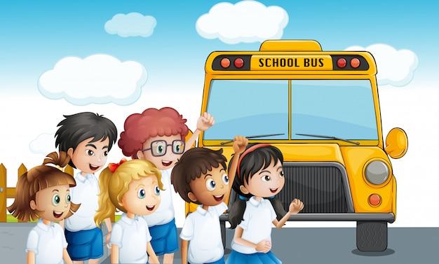 スクールバスを待っている若い学生たち