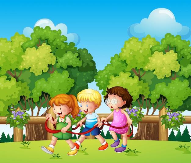 日中は屋外で遊ぶ子供たち
