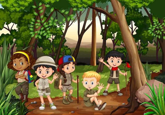 子供たちが森の中でキャンプ