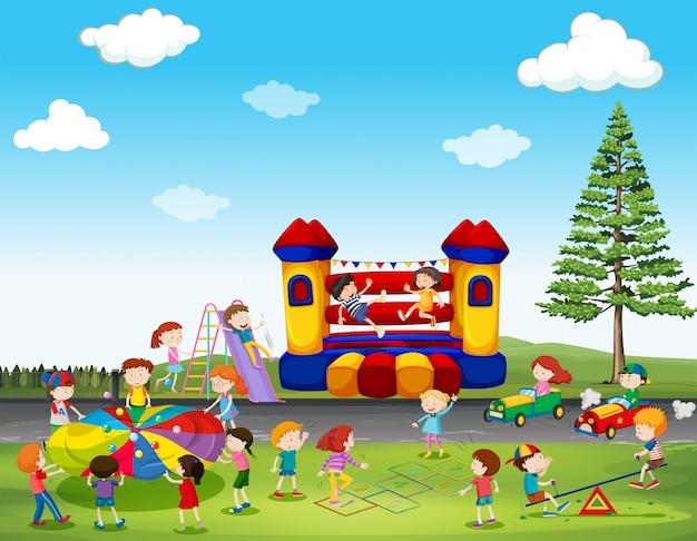 公園でゲームを遊んでいる子供たち