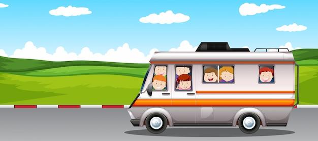 キャンピングカーに乗って子供たち