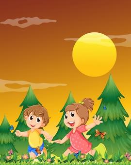 Двое детей играют в саду с бабочками