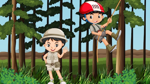 Мальчик и девочка веселятся в лесу
