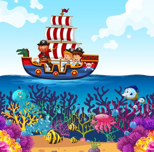 バイキングボートと海のシーンの背景上の子供たち