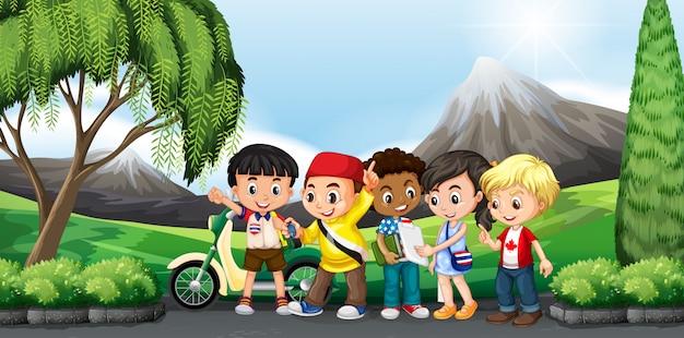 Дети стоят в парке