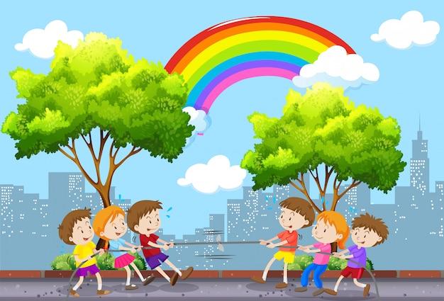 公園で綱引きを遊んでいる子供たち