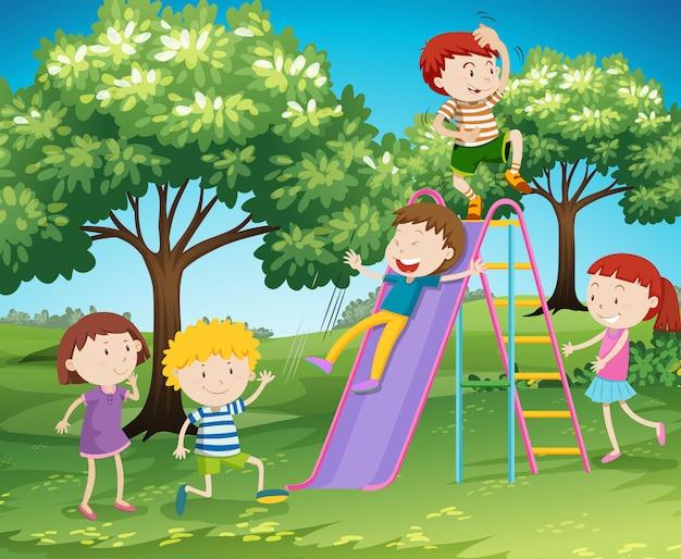 公園でスライドを遊んでいる子供たち