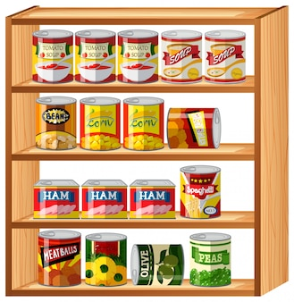 木製の棚の上の多くの缶詰食品