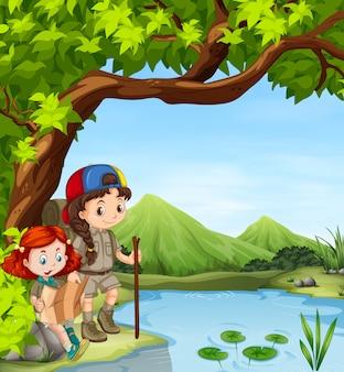 川でのハイキングの女の子