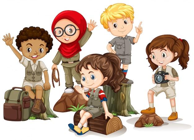 キャンプ衣装の森の上に立っている子供たち