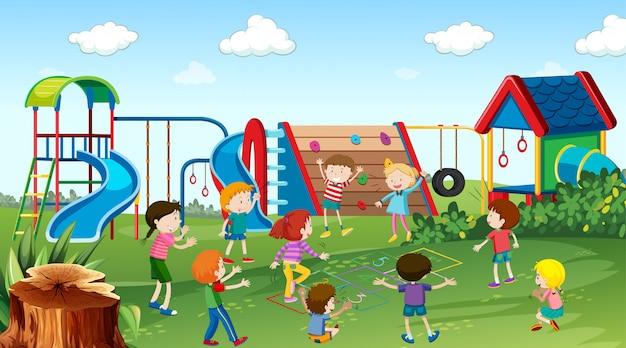 屋外シーンで遊ぶアクティブな子供たち