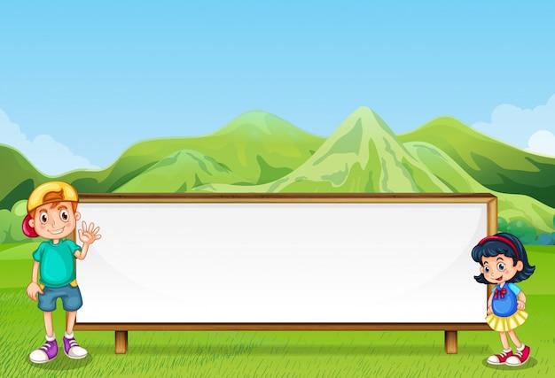 少年と空の看板の横にある少女