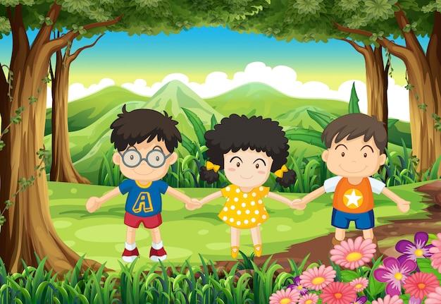 Дети держатся за руки в лесу