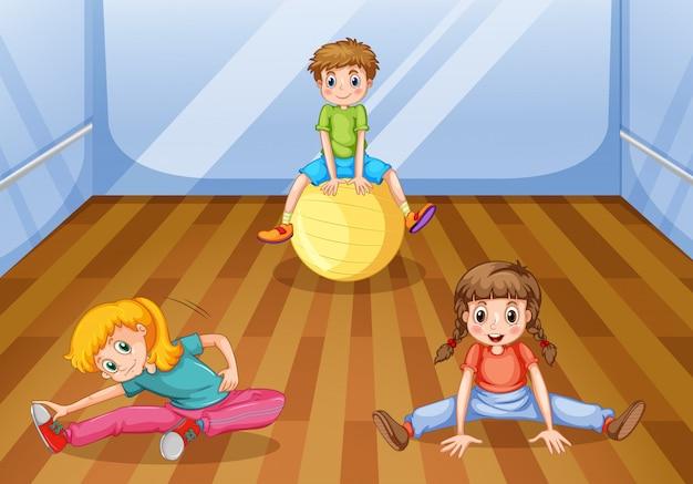 部屋で運動する子供たち
