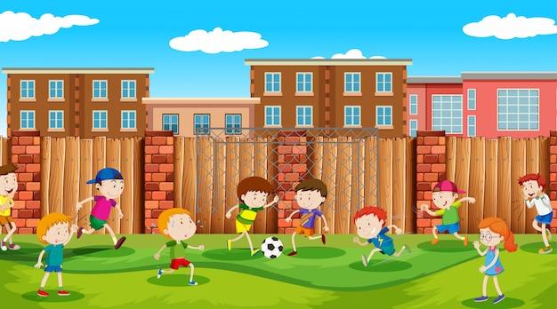 外でスポーツや楽しい活動をしているアクティブな男の子と女の子