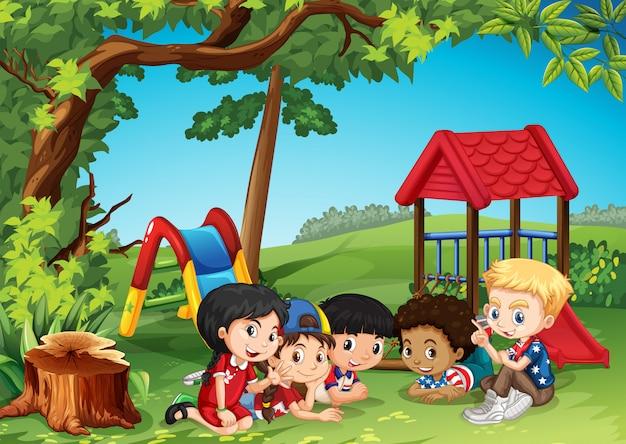 公園で遊んでいる子供たち