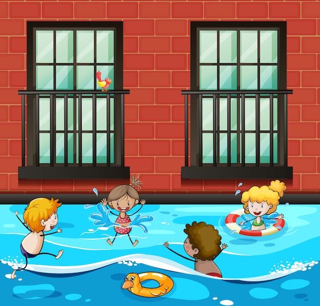 Мальчики и девочки плавают в бассейне