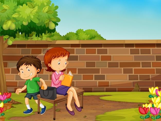 公園で女性の財布を盗む少年