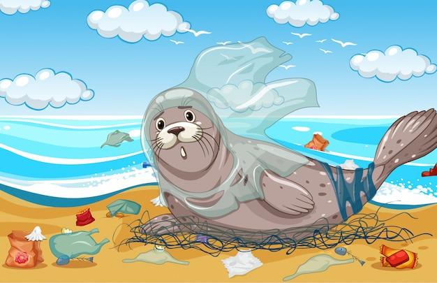 Тюлень с пластиковой сеткой и сумками на пляже