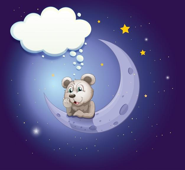 空の吹き出しで月に寄りかかっている灰色のクマ