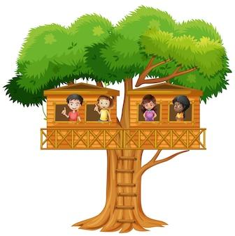 樹上の家で遊んでいる子供たち