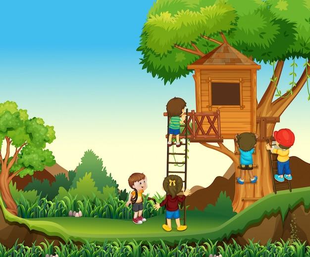 Дети взбираются на домик на дереве