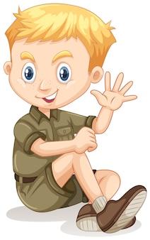 手を振っているキャンプ服の少年