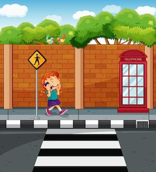 Девушка в чате на мобильном телефоне на улице