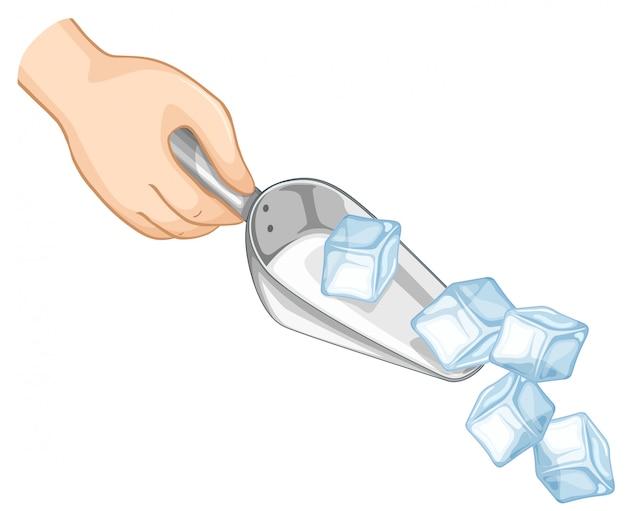 Рука, черпающая лед металлической ложкой