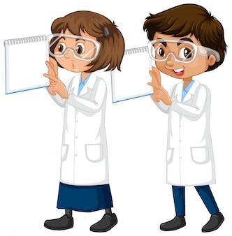 男の子と女の子の科学ガウンに立って分離