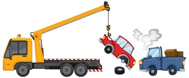 Эвакуатор поднимает поврежденные автомобили
