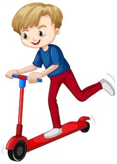 Счастливый мальчик, играя скутер на белом