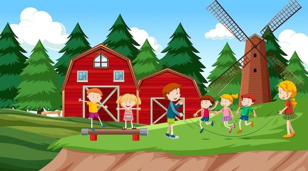 Активные мальчики и девочки занимаются спортом и веселыми мероприятиями на улице