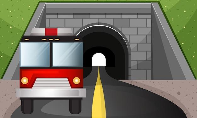 トンネルから出る消防車