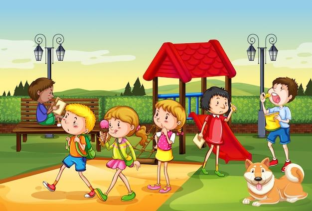 多くの子供たちが遊び場で遊んでいるシーン