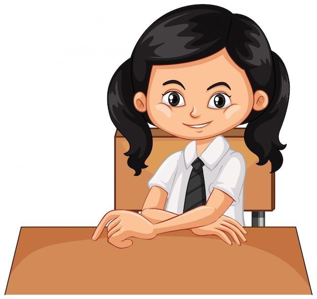 Одна счастливая девушка сидит на столе