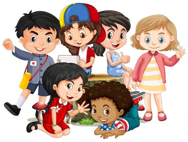 ログの上に座って幸せそうな顔を持つ多くの子供たち