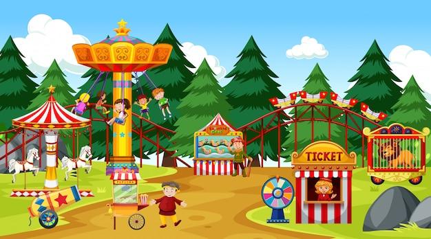 Сцена в тематическом парке со многими аттракционами и множеством людей