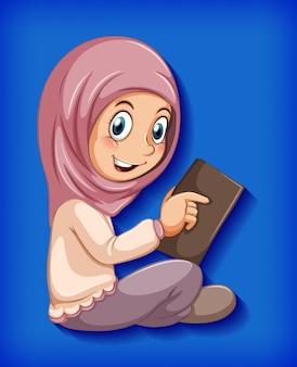 コーランから読んでいる女の子
