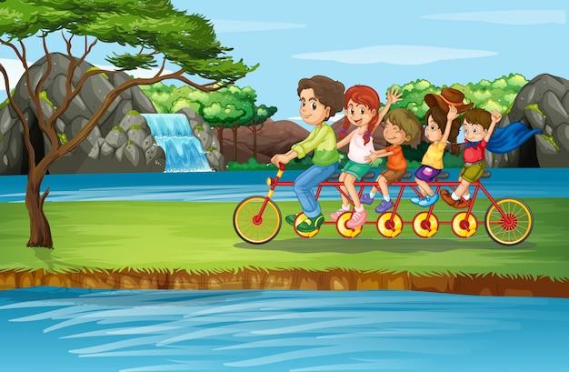 家族で公園で自転車に乗るシーン