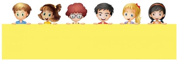 黄色のサインを持つ多くの子供たち