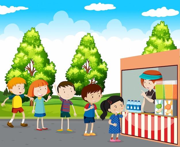 Дети, покупающие напитки в парке