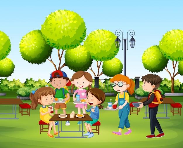 昼間に公園で食べる人