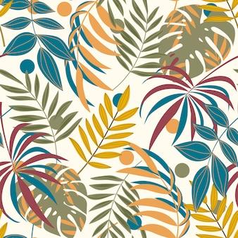 Летний бесшовный фон с разноцветными тропическими листьями