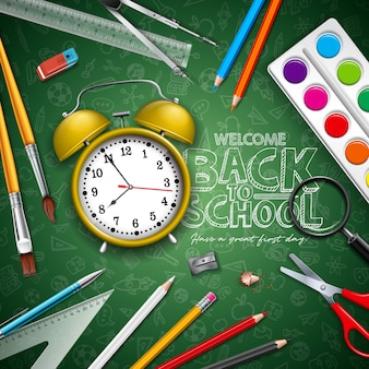 黄色の目覚まし時計と緑の黒板にタイポグラフィの学校レタリングに戻る