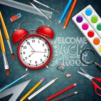 赤い目覚まし時計とタイポグラフィ黒黒板背景で学校に戻る